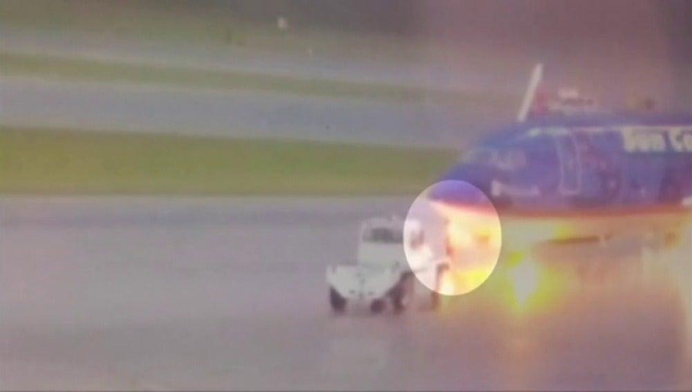 Captan el momento en el que un operario se desploma tras ser alcanzado por un rayo en el aeropuerto de Florida