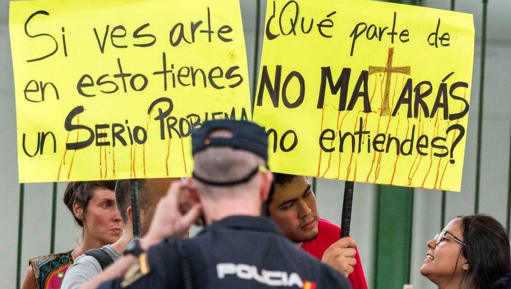 Protesta antitaurina ante la plaza de toros de Palma