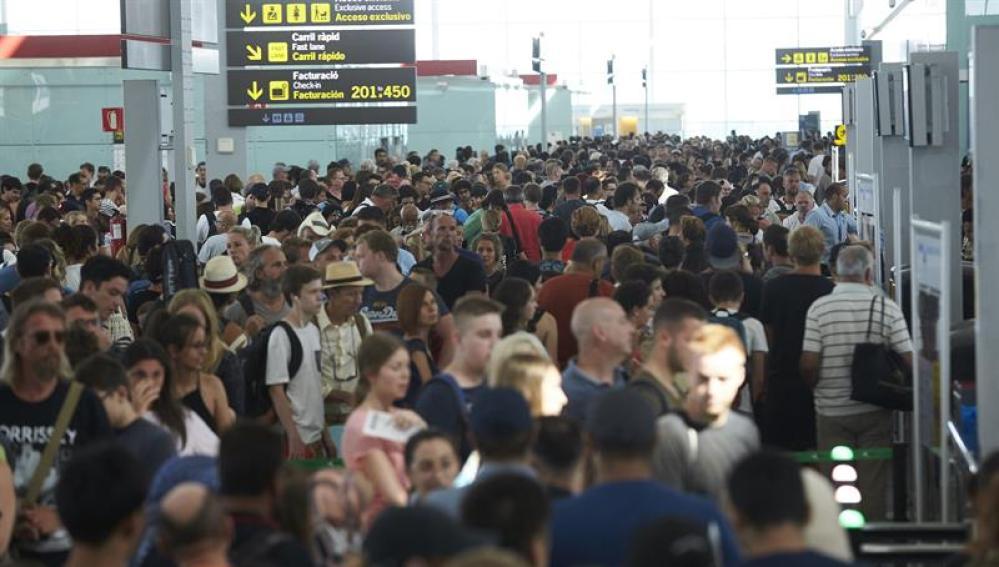 Colas para acceder al control de seguridad del Aeropuerto de Barcelona-El Prat