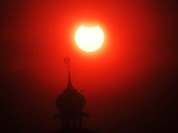 Eclipse lunar en Indonesia, imagen de archivo