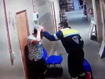 Una captura del vídeo que muestra el momento de la agresión