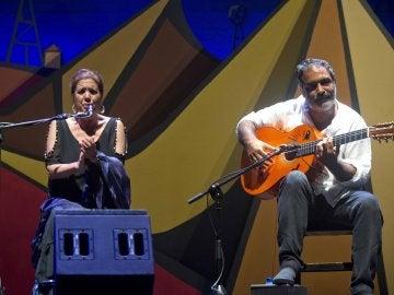 Las cantaora Lole Montoya acompañada a la guitarra por Juan Carmona