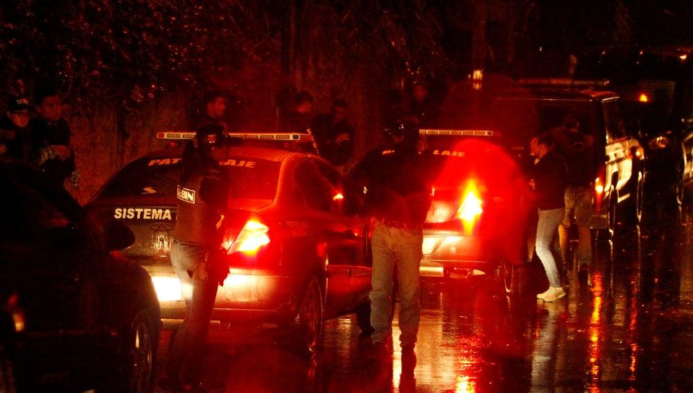 Miembros de la Policía venezolana alrededor de la casa de Leopoldo López al salir de prisión y volver al arresto domiciliario