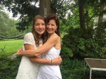 Charlotte junto a su madre