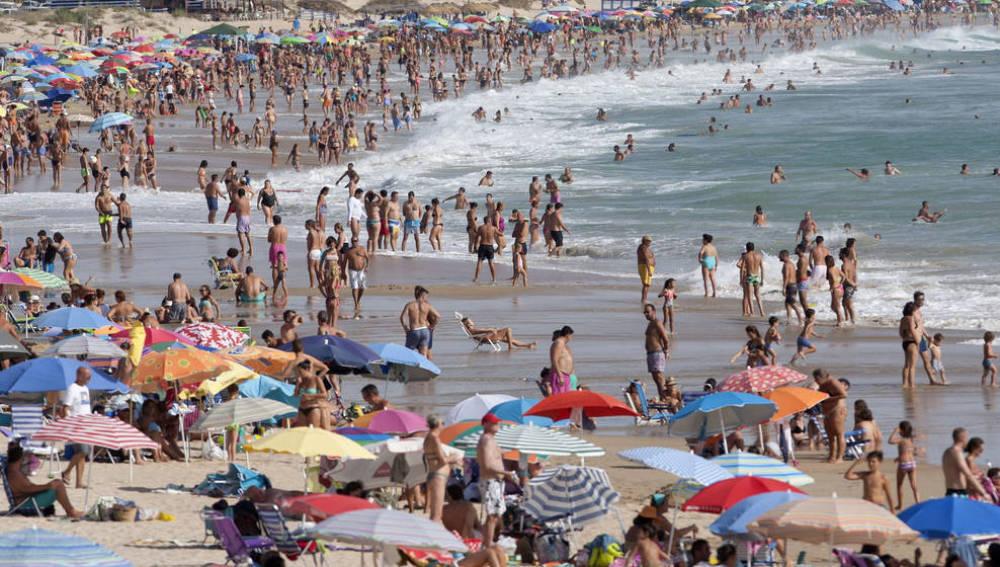 Miles de turistas visitan las playas españolas
