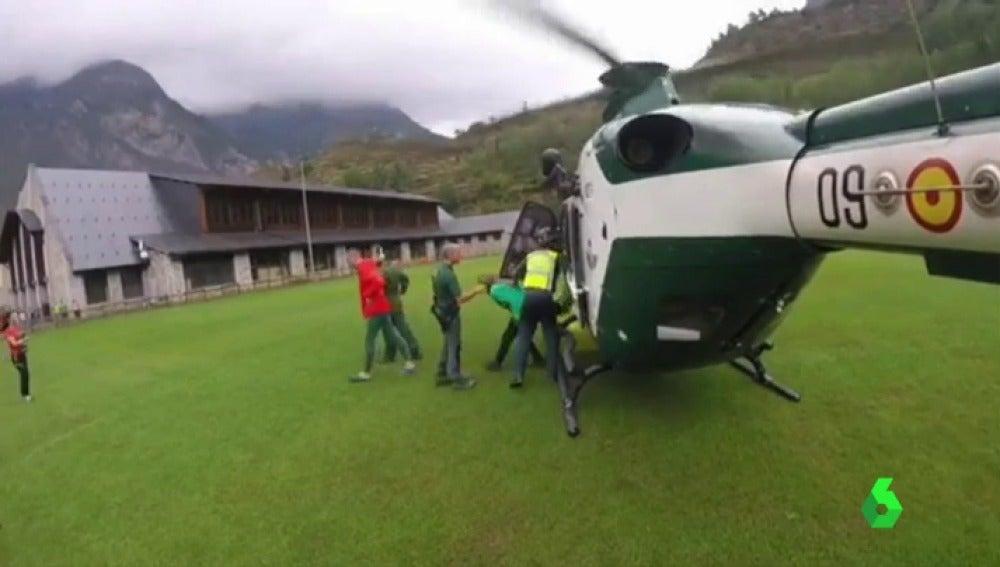 Los rescatados saliendo del helicóptero de la Guardia Civil