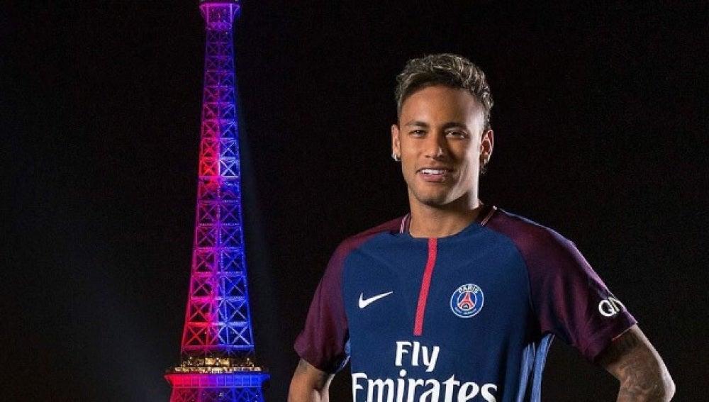 Neymar posa con la Torre Eiffel de fondo