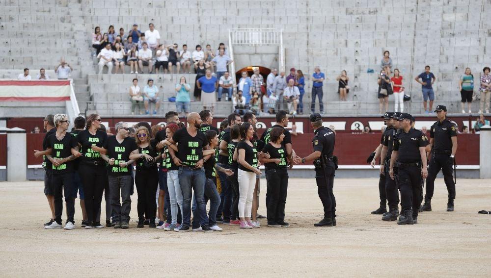 Los antitaurinos en el centro del ruedo de Las Ventas