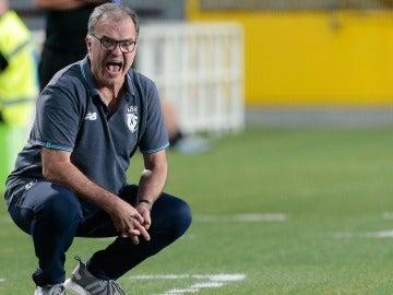 Marcelo Bielsa da instrucciones durante un partido