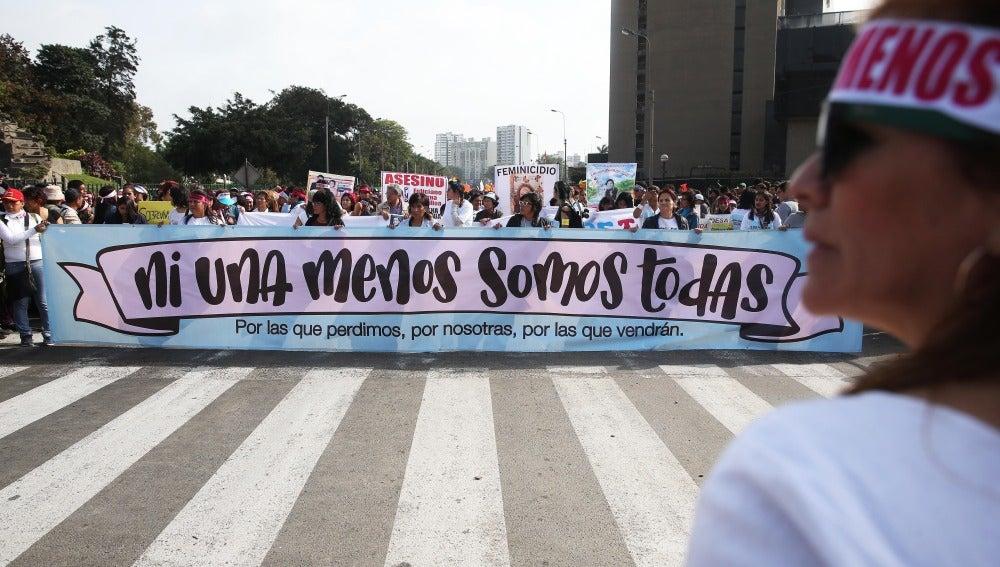 Miles de mujeres participan en la manifestación en Perú