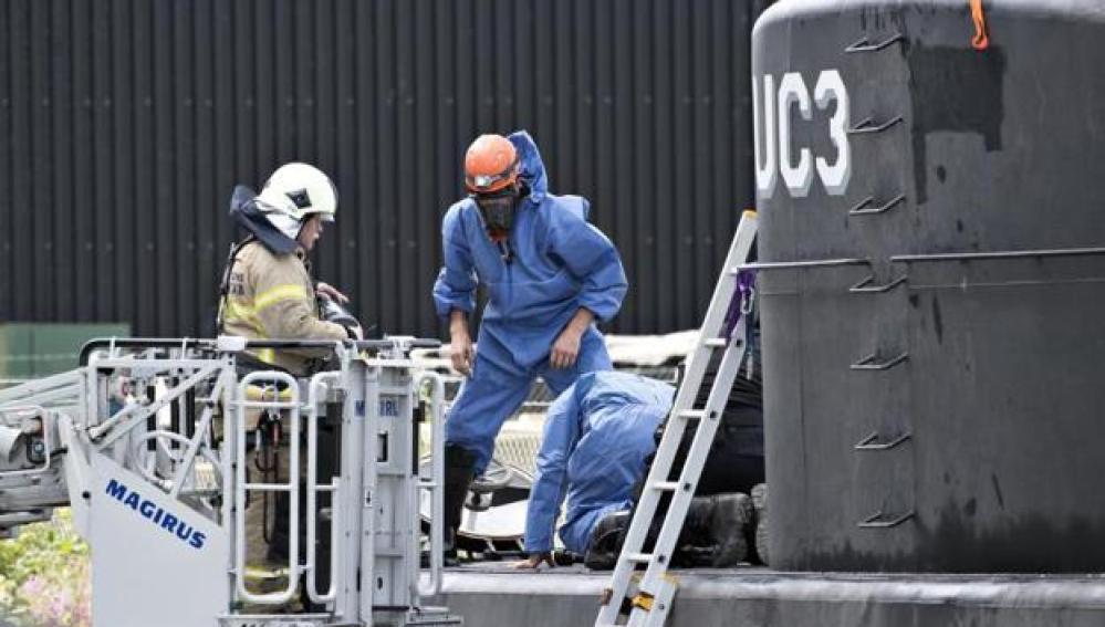 Investigadores analizan el submarino