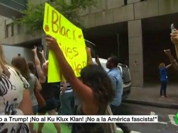 """Se manifiestan Cientos de personas en todo EE.UU. contra los supremacistas blancos: """"¡No a la América fascista!"""""""