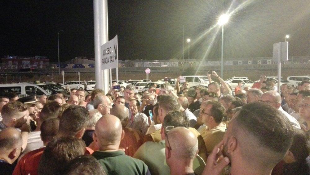 El alcalde de Málaga hablando con los taxistas en el real de la feria