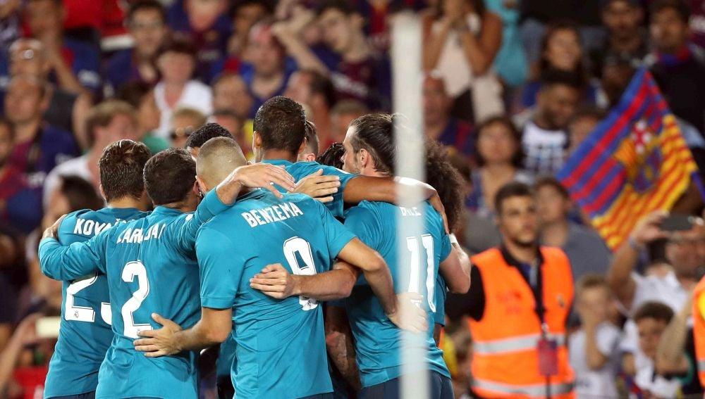 El Real Madrid celebra un gol en el Camp Nou