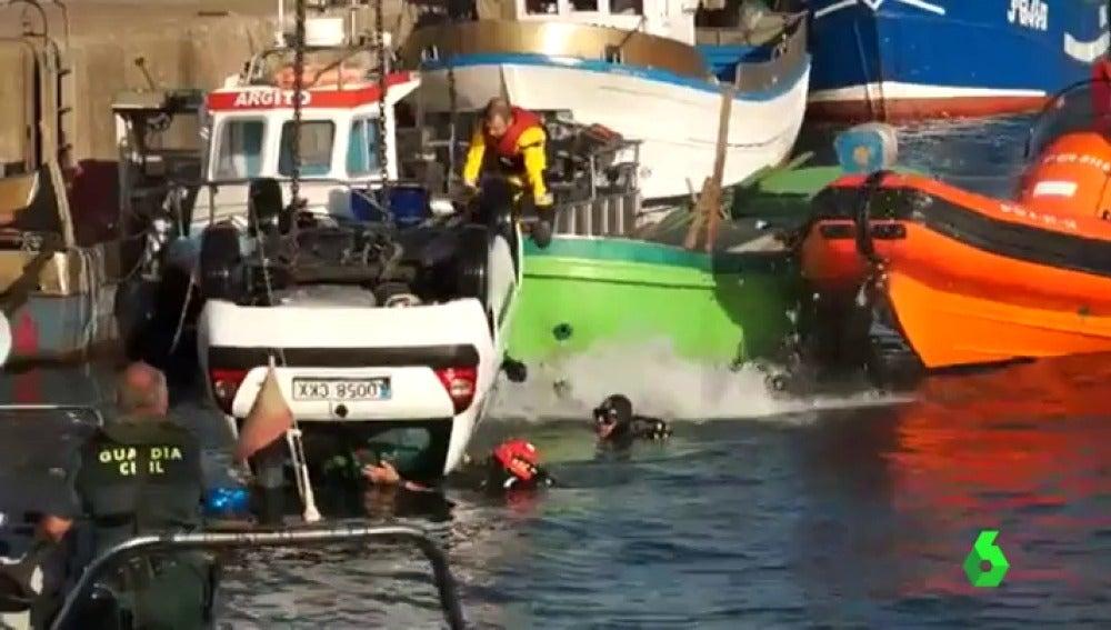 La Guardia Civil saca el coche de debajo del mar