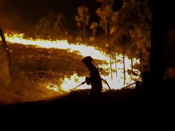 Los bomberos intentan sofocar un fuego en Portugal