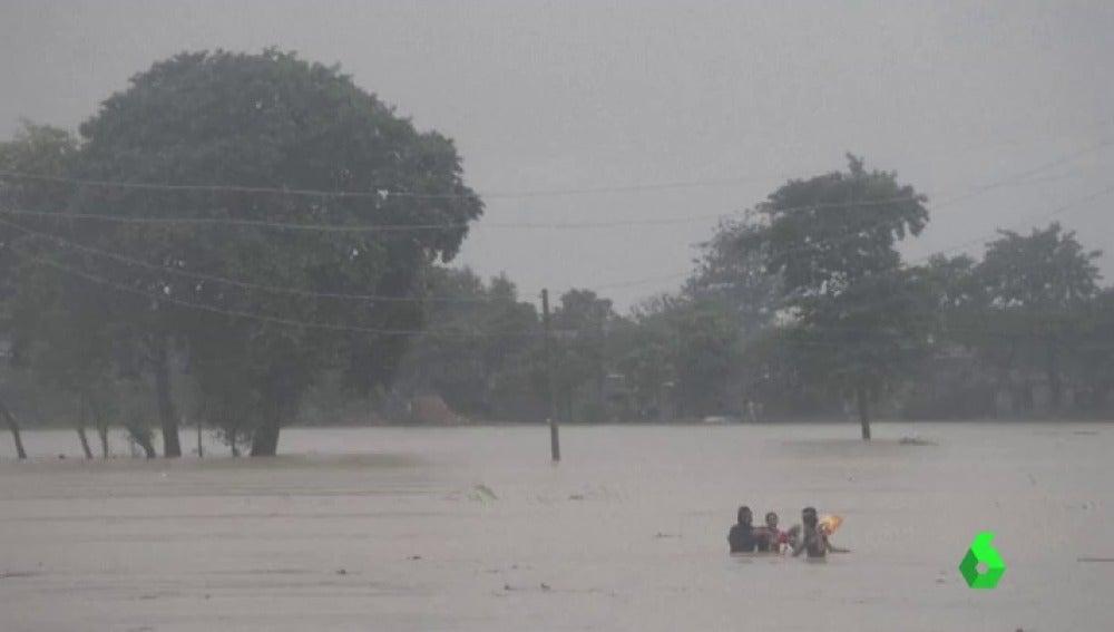 Los 81 turistas españoles atrapados en Nepal abandonan la zona inundada sanos y salvos