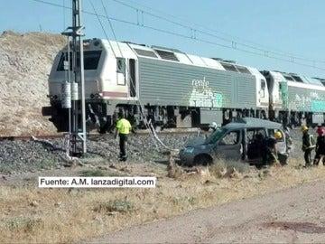 Dos muertos al ser arrollados por un tren en el coche en que viajaban