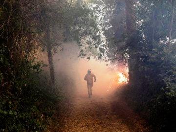 Un bombero en el incendio de Portugal