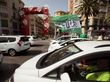 Varios taxis circulan por el centro de Málaga