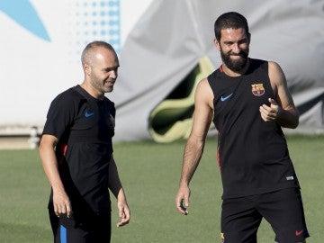 Andrés Iniesta, junto a Arda en un entrenamiento con el Barça