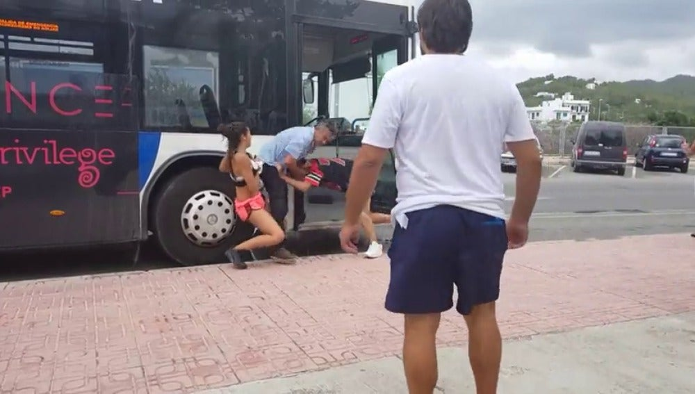 Dos jóvenes agreden al conductor de un autobús en Ibiza