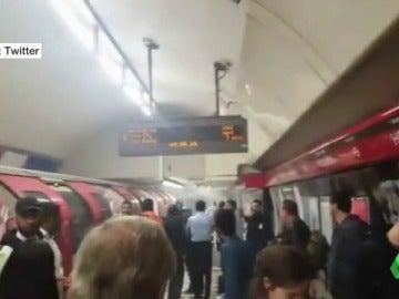 Desalojo en el metro de Londres por el humo producido por varias explosiones
