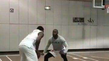 Carmelo Anthony, intentando marcharse de LeBron James