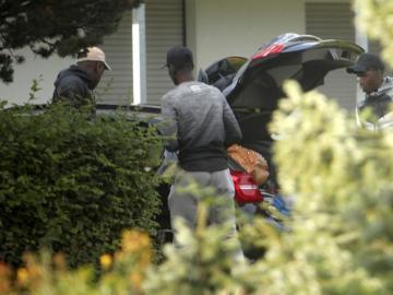 Dembelé, cargando su coche junto a dos personas más