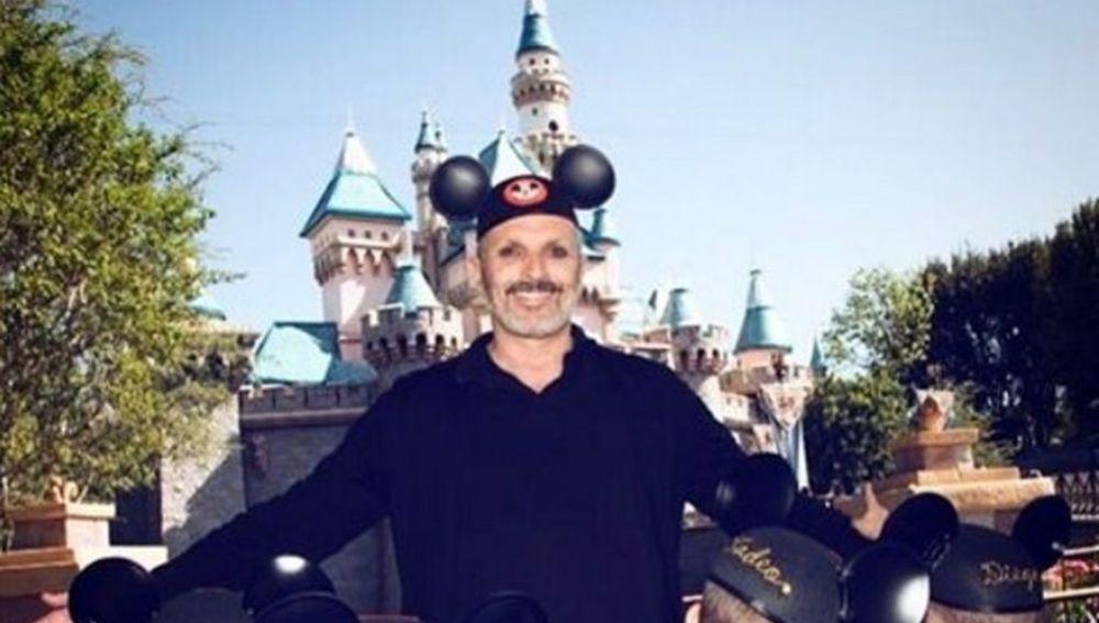 Miguel Bosé con sus cuatro hijos en Disneyland