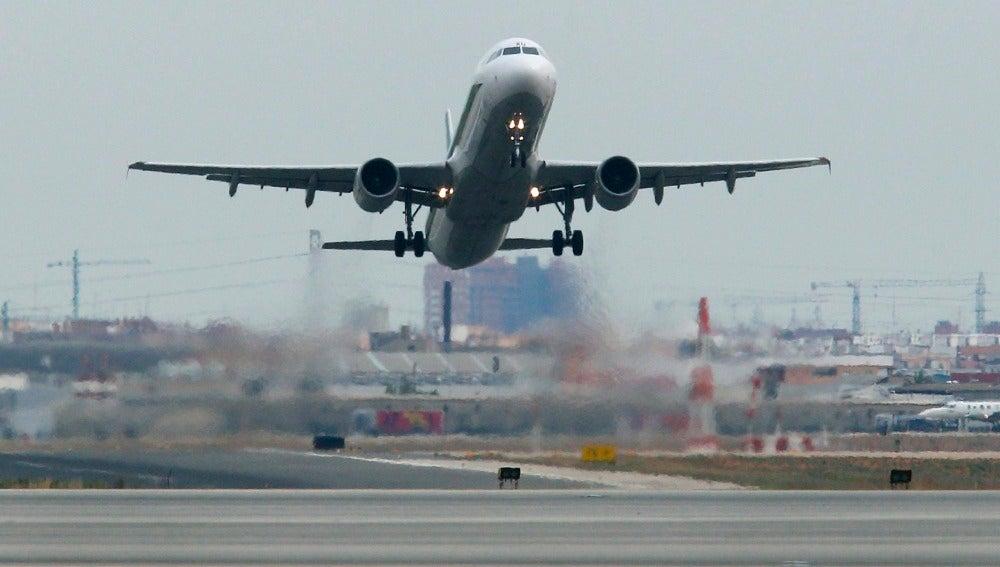 Un avión comercial despega desde el aeropuerto de Manises