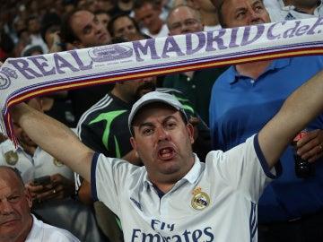 Aficionado del Real Madrid en el Bernabéu