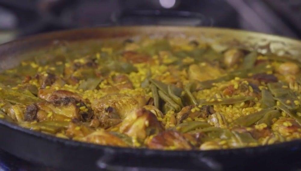 ¿Dónde se hace la mejor paella del mundo? ¿Cómo se le da la vuelta al arroz?; sal de dudas en El Comidista TV