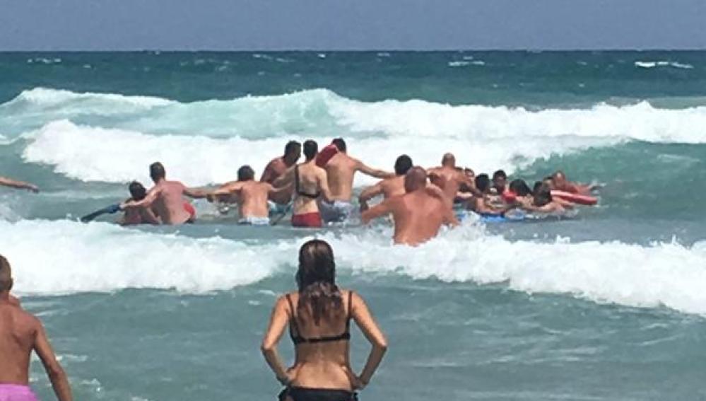 Forman una cadena humana para salvar a cuatro bañistas en una playa de La Manga