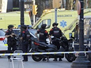 Policías en las inmediaciones del atropello masivo en Barcelona