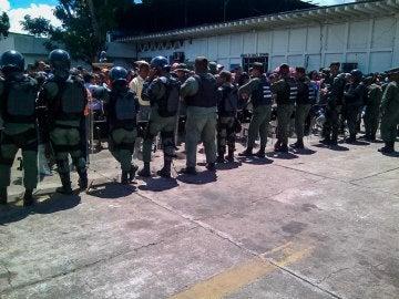 Funcionarios de la Guardia Nacional Bolivariana custodian las inmediaciones