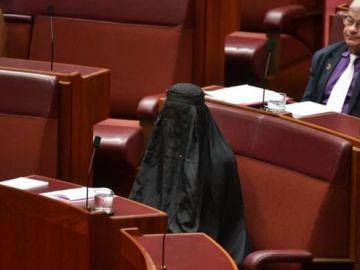 La senadora australiana Pauline Hanson acudió al Parlamento de Camberra ataviada con un burka