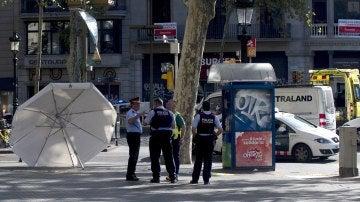 Efectivos policiales en el lugar del atentado ocurrido en las Ramblas de Barcelona