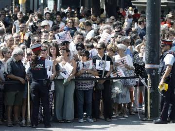 Ciudadanos, turistas y curiosos, guardan un minuto de silencio en Las Ramblas