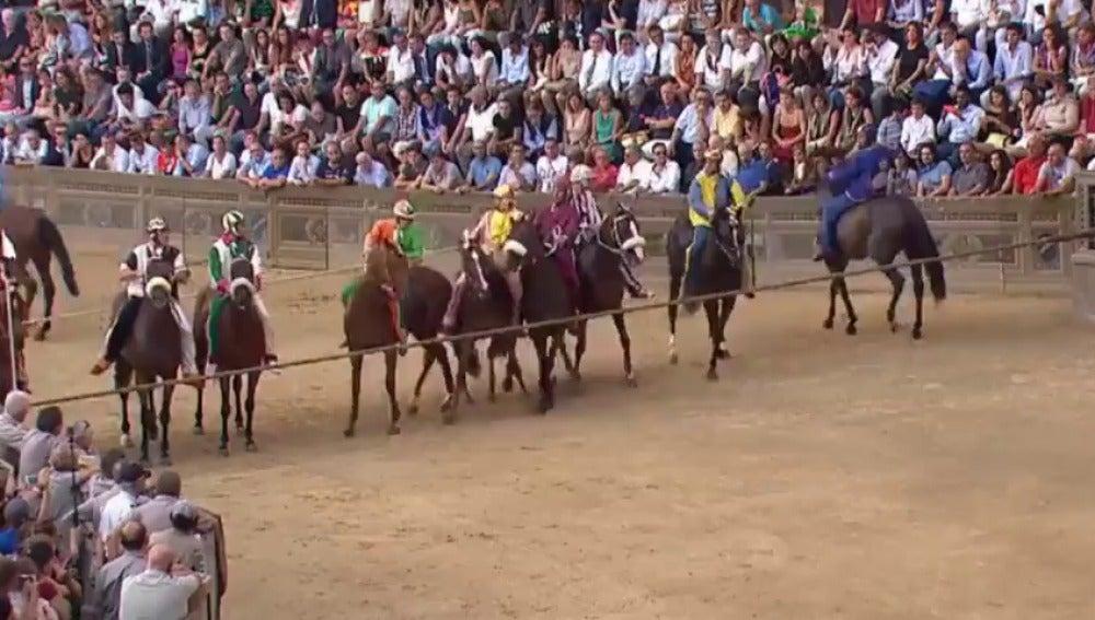 El Palio de Siena, una celebración de origen medieval que lleva velocidad y fervor en la plaza del pueblo