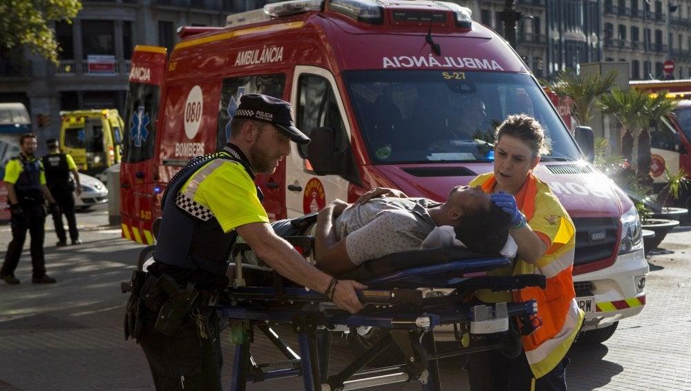 Traslado de uno de los afectados por el atentado en las Ramblas de Barcelona