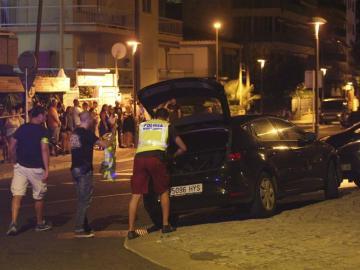 Un policía inspecciona un coche en Cambrils