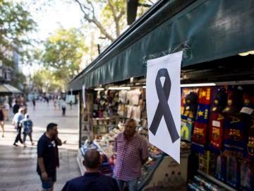 Un lazo negro cuelga de uno de los kioskos de las Ramblas de Barcelona tras el atentado