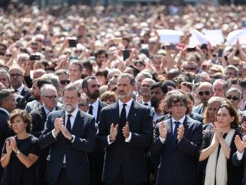 Las autoridades, con el rey Felipe VI en el centro, durante el minuto de silencio por las víctimas de los atentados de Catalunya