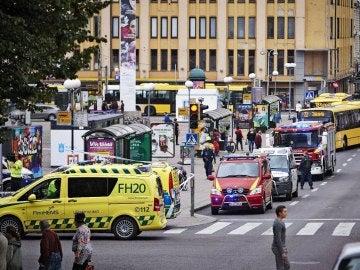 Efectivos de la policía y cuerpos de seguridad del Estado vigilan la céntrica plaza finlandesa de Turku