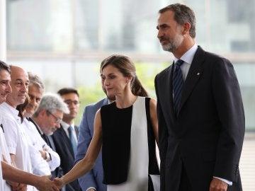 Los Reyes visitan a los heridos del atentado de Las Ramblas en el Hospital del Mar