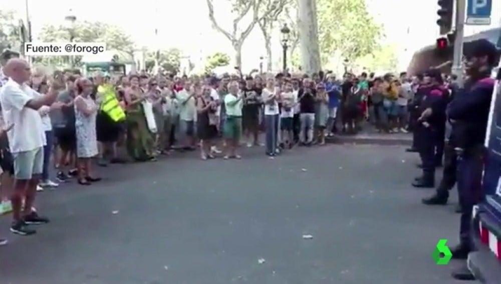 Cientos de personas aplauden a los Mossos