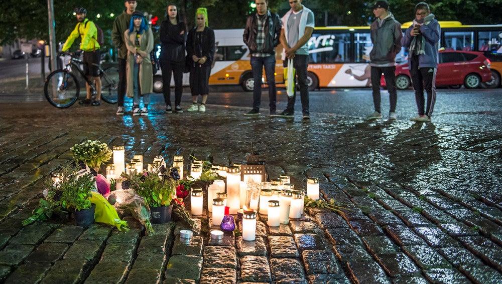 Flores tras el ataque terrorista en una zona céntrica de Turku, Finlandia