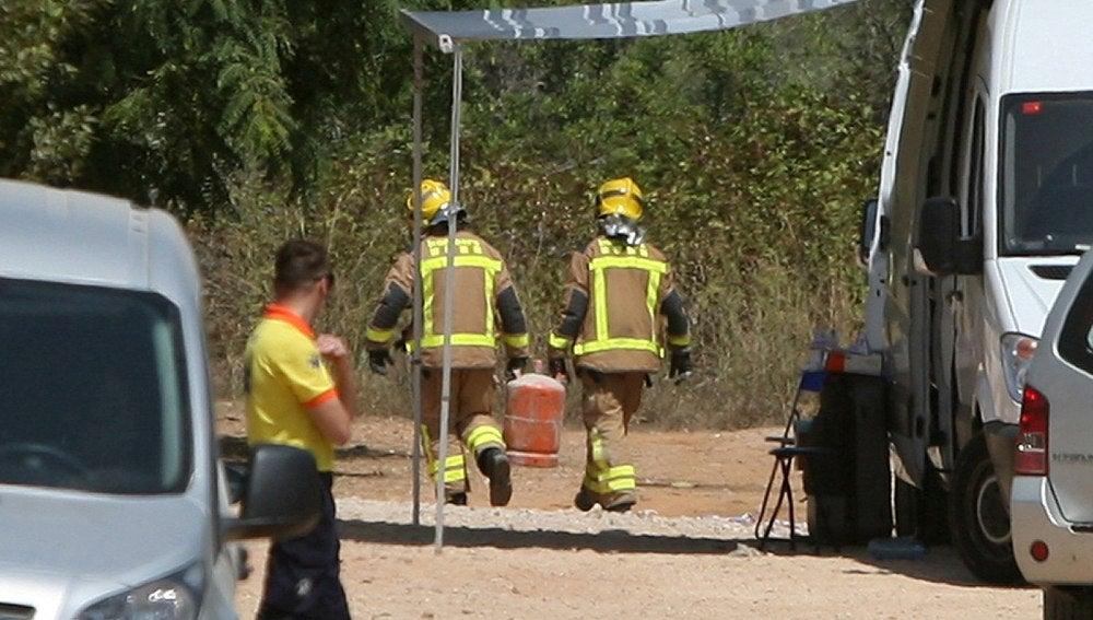 Los Bomberos trasladan bombonas de butano de la casa donde se produjo la explosión en Alcanar, en Tarragona