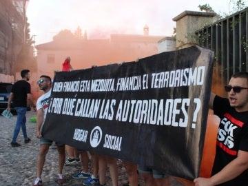 Pancarta islamófoba y humo de bengalas en la mezquita del Albaicín
